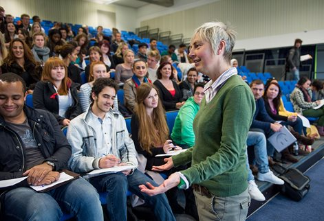 Jayne-Raisborough-lecturing-to-students