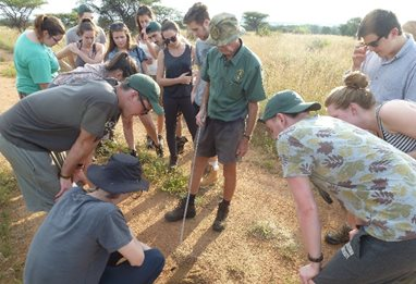Ecol_SAfrica trip_Dougal-teaching-students-some-tracking-skills